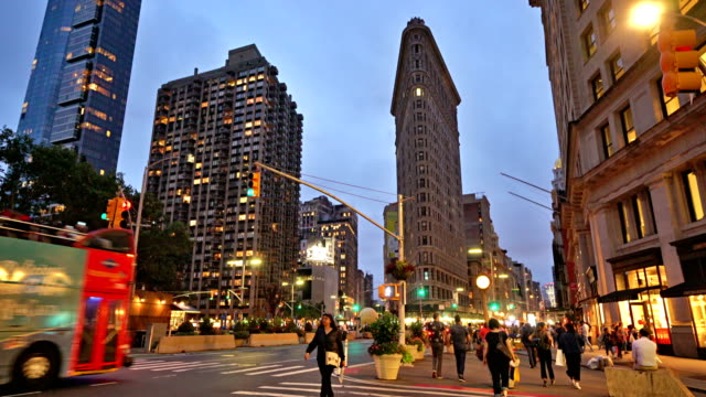 flatiron building. people, evening. - flatiron building manhattan stock videos and b-roll footage