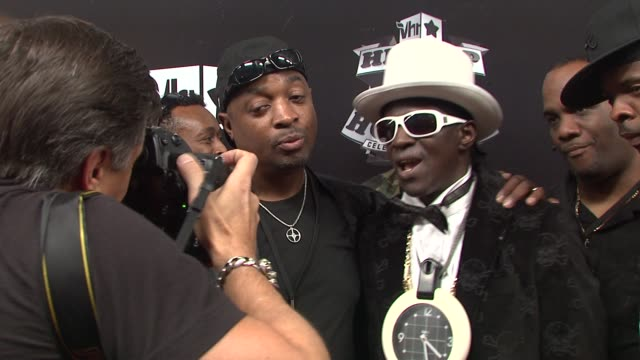 stockvideo's en b-roll-footage met flavor flav at the 2009 vh1 hip hop honors red carpet at new york ny - vh1