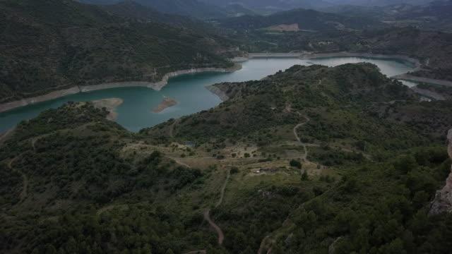 vídeos de stock e filmes b-roll de flaying in mountains of spain, siurana, catalonia - encosta