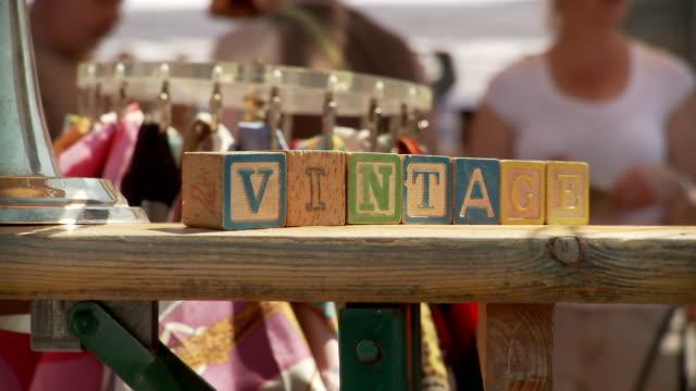 vídeos y material grabado en eventos de stock de t/l cu flea market stall with toy blocks spelling out vintage, new york city, new york, usa - grupo mediano de objetos