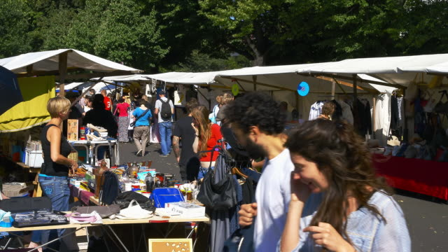 fleamarket on a sunny sunday in berlins trendy neighborhood neu-koeln - mercato delle pulci video stock e b–roll