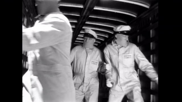 1952 fleeing gangsters drive their van into a tractor trailer and make a getaway - bankräuber stock-videos und b-roll-filmmaterial