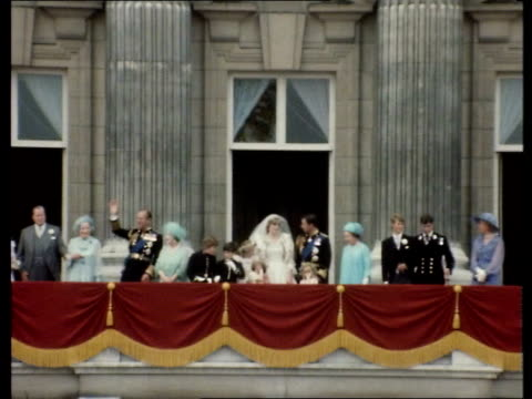fleet street reaction charles diana kissing on balcony - balkon stock-videos und b-roll-filmmaterial