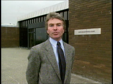 vidéos et rushes de john heeley trial england lancashire fleetwood crowd outside court as police landover arrives amp thru gates of court webster i/c angry crowds... - lancashire