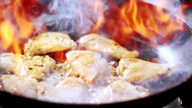 フレンベ料理肉料理 - フライパン点の映像素材/bロール