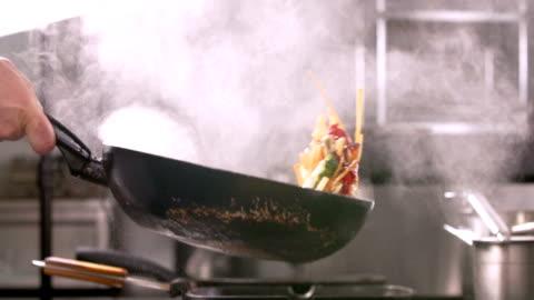 vidéos et rushes de flembe cuisson légumes - panoramique