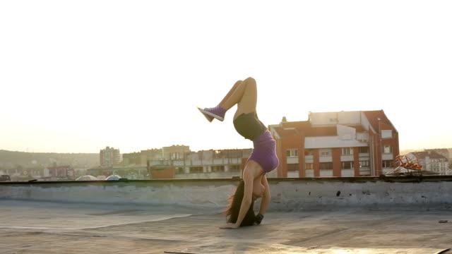 vídeos y material grabado en eventos de stock de flexibilidad capacitación-chica haciendo el puente de ejercicio - aeróbic