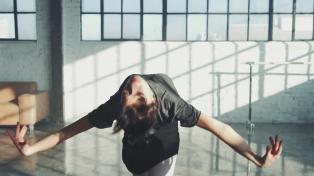 stockvideo's en b-roll-footage met flexibele ballerina spinning in studio - balletdanser