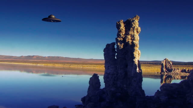 vídeos de stock e filmes b-roll de a ufo flies over mono lake. - ovni