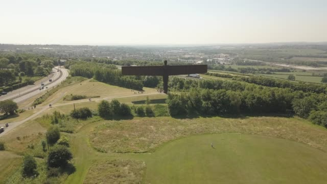 stockvideo's en b-roll-footage met flight above angel of the north sculpture by antony gormley, gateshead, newcastle-upon-tyne, tyne and wear, england, united kingdom, europe - newcastle upon tyne