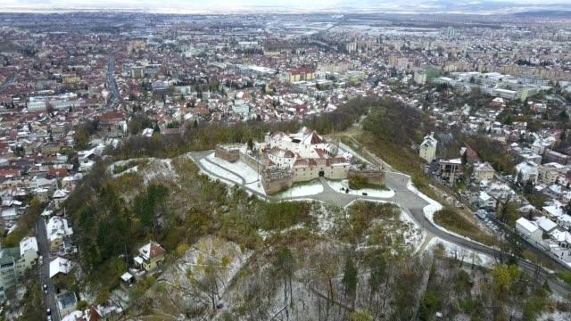 vidéos et rushes de flight above the brasov citadel in winter - transylvanie