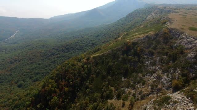 山の台地に沿って空中: 飛行 - 地形点の映像素材/bロール