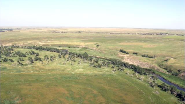 flug am fluss und grasflächen-luftaufnahme-south dakota, corson county, vereinigte staaten - south dakota stock-videos und b-roll-filmmaterial