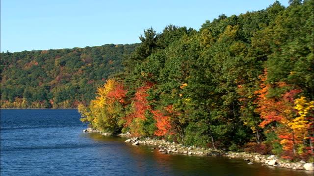 Flug rund um Ausbau Reservoir Shoreline - Luftbild - Massachusetts in Worcester County, Vereinigte Staaten von Amerika