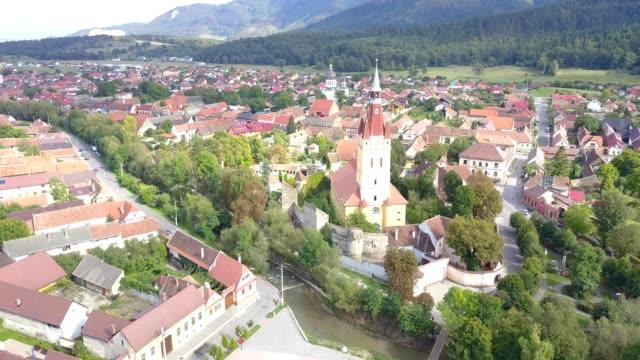 flight around the fortified church in cristian, braso - siebenbürgen stock-videos und b-roll-filmmaterial