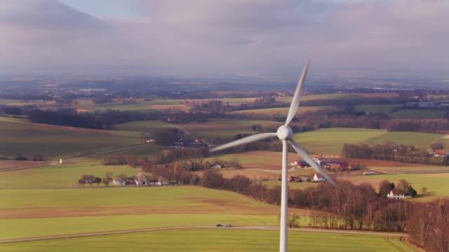 flug rund um windkraftanlagen in pastorale landschaft - windenergie stock-videos und b-roll-filmmaterial