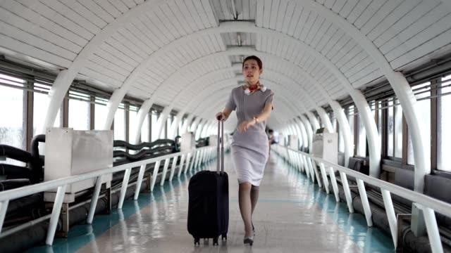vidéos et rushes de l'agent de bord se précipitent vers l'avion à l'aéroport. - équipage de bateau
