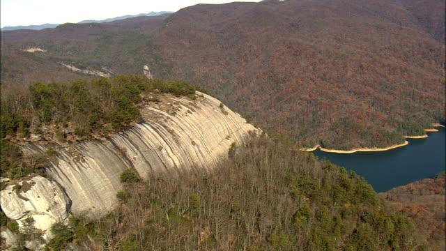 vídeos de stock, filmes e b-roll de voo circular table rock mountain - vista aérea - carolina do sul, no condado de pickens - mesa formação rochosa