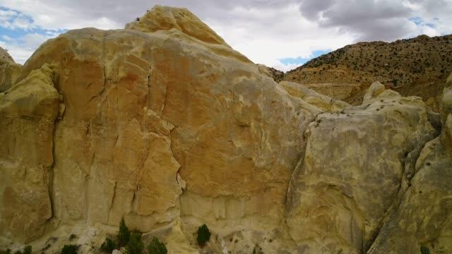 vídeos de stock, filmes e b-roll de voo para baixo os monólitos de crista - cottonwood canyon