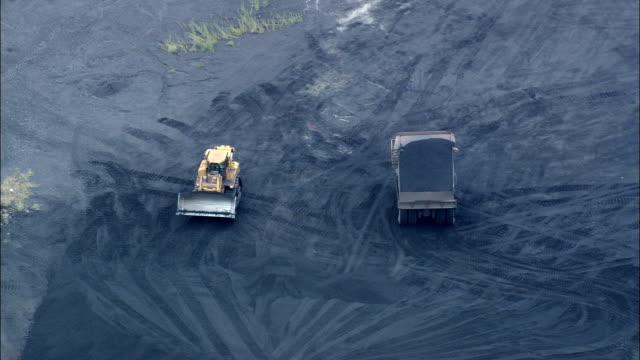 vidéos et rushes de vol suivant camion de charbon au dumping acier fonctionne, vue aérienne, maryland, baltimore county, états-unis - suivre activité avec mouvement