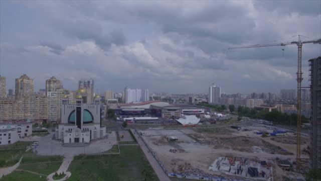 vídeos de stock e filmes b-roll de flight forward to the territory of the exhibition complex - ucrânia