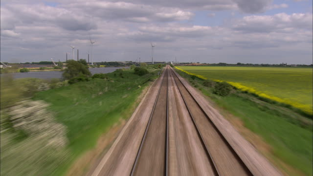 vídeos y material grabado en eventos de stock de flight low over railway line (east of peterborough) - vía de tren