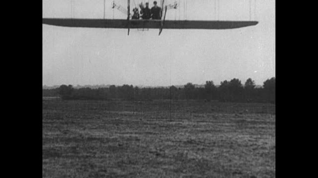 vídeos de stock, filmes e b-roll de flight of 1908 wright brother airplane first plane with upright seating and passenger seat on may 14 1908 at kill devil hills nc - wilbur wright