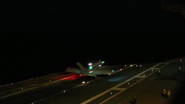 "vidéos et rushes de flight operations of f/a-18f super hornets assigned to the ""gladiators"" of strike fighter squadron 106 on the flight deck of the nimitz-class... - gladiateur"
