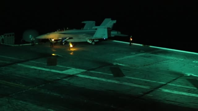 """flight operations of f/a-18f super hornets assigned to the """"gladiators"""" of strike fighter squadron 106 on the flight deck of the nimitz-class... - landefahrwerk stock-videos und b-roll-filmmaterial"""