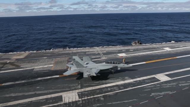 flight operations with f/a-18f super hornets aboard nimitz-class aircraft carrier uss abraham lincoln . - landefahrwerk stock-videos und b-roll-filmmaterial