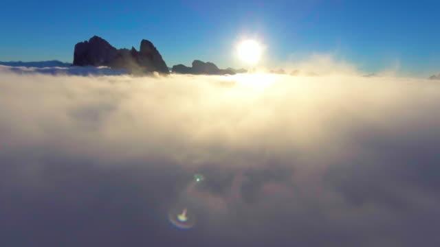 クラウドからの脱出 - mountain range点の映像素材/bロール