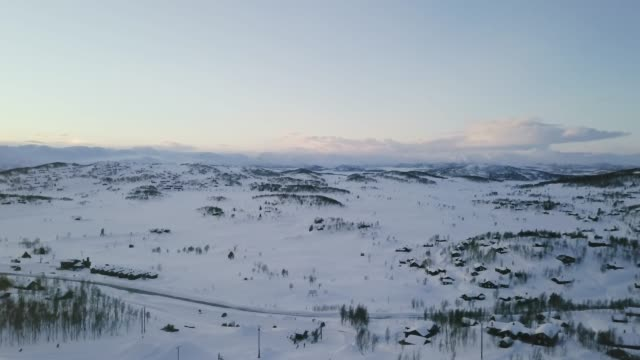 Vuelo sobre una meseta de montaña cubierto de nieve en Rauland, Noruega.