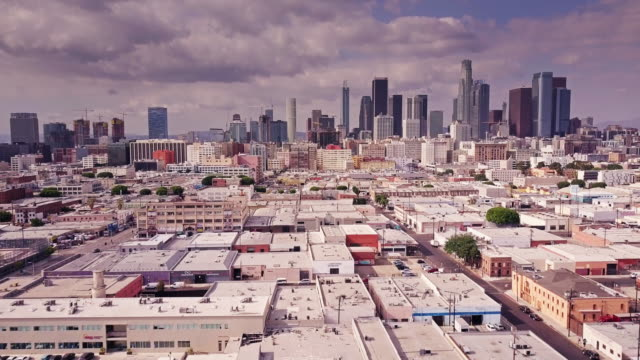 stockvideo's en b-roll-footage met vlucht over arts district naar dtla - stadsdeel
