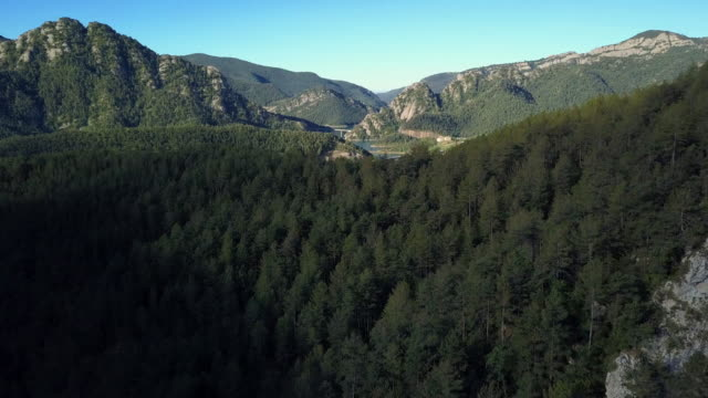 vídeos de stock e filmes b-roll de flight over beautiful landscape in mountains of spain - espanha