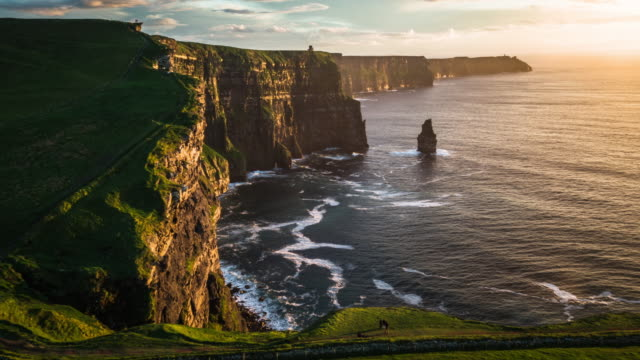 vídeos de stock e filmes b-roll de flight over cliffs of moher at sunset, ireland - horizontal