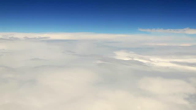vídeos de stock, filmes e b-roll de voo sobre as nuvens, vista aérea - acima