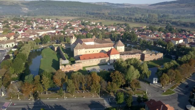 stockvideo's en b-roll-footage met flight over fagaras castle - transsylvanië