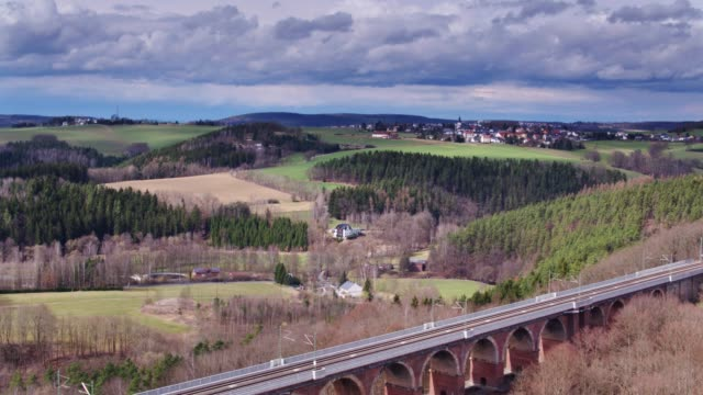 vídeos de stock e filmes b-roll de flight over göltzsch viaduct - column