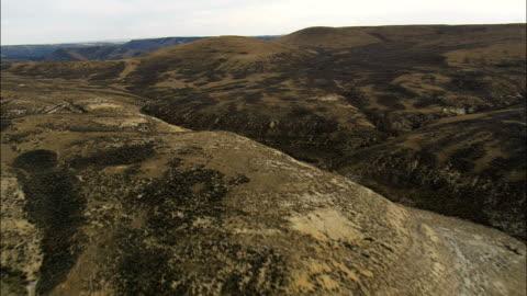 stockvideo's en b-roll-footage met vlucht over heuvels te onthullen green river - luchtfoto - wyoming, en valt bestuurlijk sweetwater county - wyoming