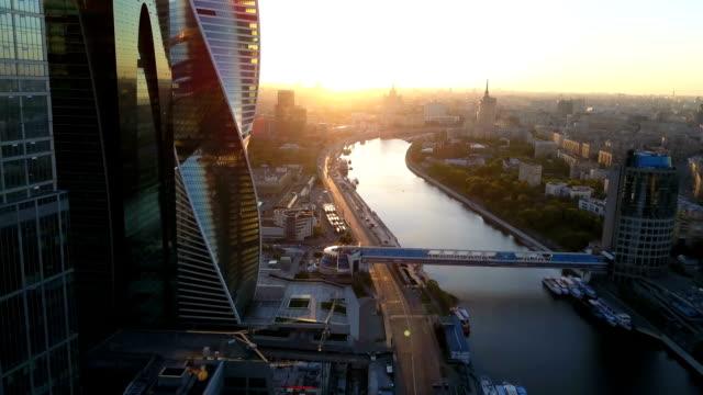 モスクワと近代的な高層ビルの上のフライト