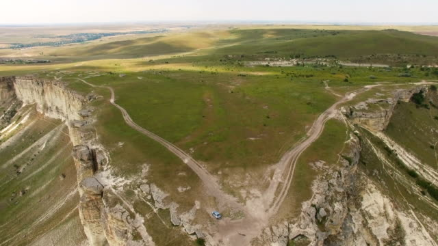 飛行空中ビデオ白い山高原経由 - クワッドコプター点の映像素材/bロール