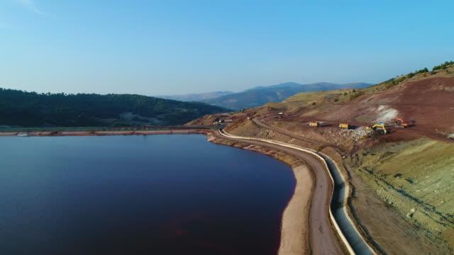 vidéos et rushes de vol au-dessus du lac avec le drone. travaux de construction. - barrage