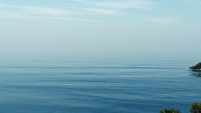 vidéos et rushes de vol au-dessus de l'océan et les îles. - zoom avant