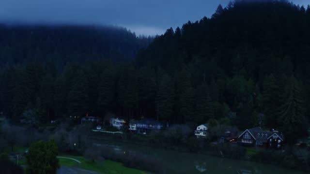 vídeos de stock, filmes e b-roll de vôo sobre o rio russian em monte rio, califórnia - rio russian