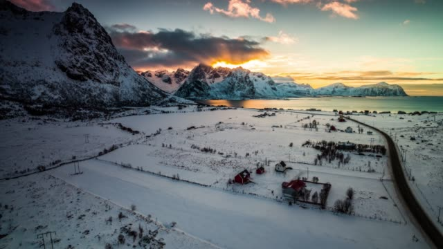 stockvideo's en b-roll-footage met vlucht over winterlandschap in noord-noorwegen-lofoten islands - ontzag