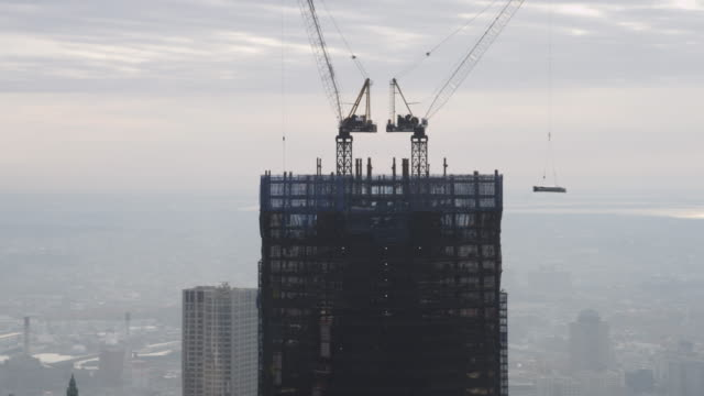 flight passing freedom tower under construction. shot in 2011. - grattacielo video stock e b–roll