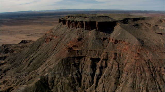 vidéos et rushes de vol passé grand butte - vue aérienne - arizona, comté de coconino, états-unis d'amérique - piton rocheux