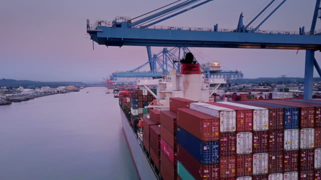 flight past loaded container ship - handel treiben stock-videos und b-roll-filmmaterial