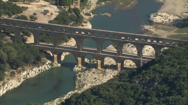 vídeos de stock e filmes b-roll de flight past the pont du gard - arco caraterística arquitetural