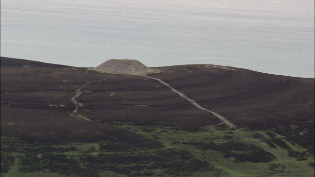 flight revealing knocknarea mountain  - aerial view - connaught, county sligo, ireland - thoroughfare stock videos & royalty-free footage